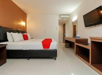 RedDoorz Plus near Karebosi Area Makassar - Deluxe Room Regular Plan