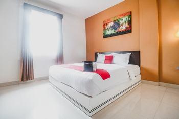RedDoorz Plus near Universitas Negeri Makassar Makassar - Suite Room Basic Deal