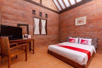 OYO 1558 Villa Mak Cik Yogyakarta - Deluxe Double Room Regular Plan