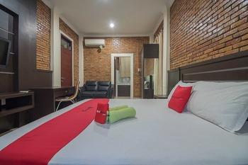 RedDoorz Plus near Cambridge City Square 2 Medan - RedDoorz Deluxe Room with Breakfast Last Minute