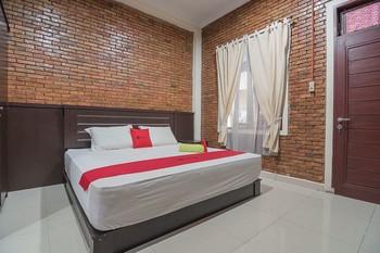 RedDoorz Plus near Cambridge City Square 2 Medan - RedDoorz Deluxe Room Basic Deal