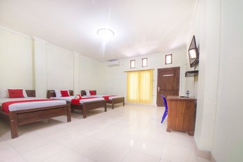 RedDoorz near Nusa Cendana University Kupang - RedDoorz Triple Room Last Minute Deal