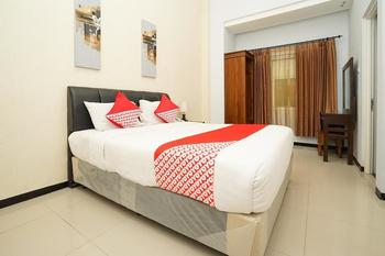 OYO 282 Putri Utari Guest House Malang - Deluxe Double Room Regular Plan