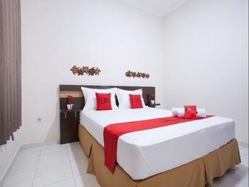 RedDoorz near Tugu Pahlawan Surabaya Surabaya - RedDoorz Room Regular Plan