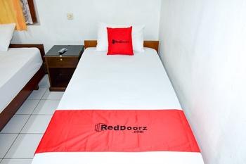 RedDoorz Syariah near Puro Pakualaman Palace Yogyakarta - RedDoorz Twin Room 24 Hours Deal