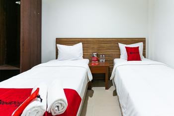 RedDoorz @ Urip Sumoharjo Solo Solo - RedDoorz Twin Room with Breakfast Regular Plan