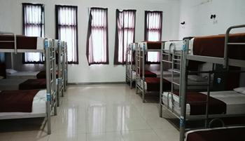Chez Bon Hostel Bandung - Large Bed AC Shared Bathroom (1 Person/Bed) Breakfast Regular Plan