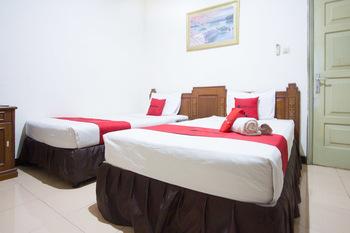 RedDoorz near Pantai Falajawa Ternate Ternate - RedDoorz Twin Room Basic Deals