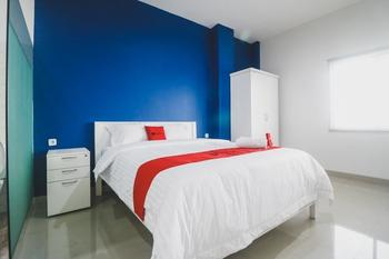 RedDoorz Plus near Living Plaza Jababeka
