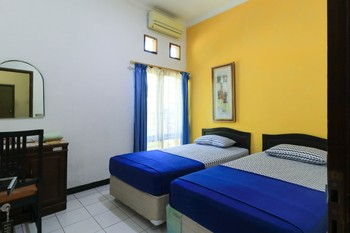 Wisma Bougenville Surabaya - Twin Room Breakfast NR Min. Stay
