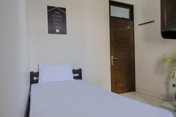 OYO Life 2744 Guest House Qudsi Malang - Deluxe Double Room Regular Plan