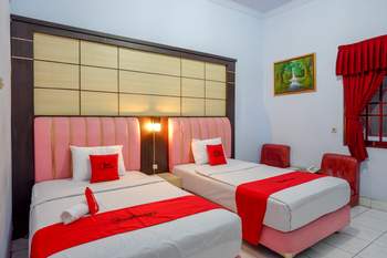 RedDoorz Plus Syariah near Stasiun Pekalongan 2 Pekalongan - RedDoorz Twin Room Regular Plan