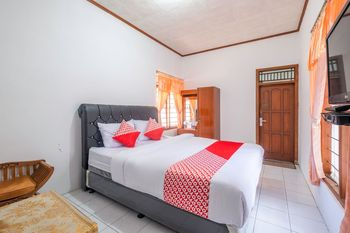 OYO 1541 Puri Cikole Asri Lembang - Deluxe Double Room Regular Plan