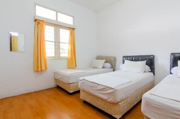 Lestari Guesthouse Padang - Four Bed Room with Breakfast- Non Refundable Minimum Stay 2 Nights