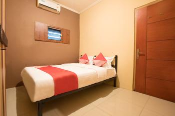 OYO 298 Gemilang Guesthouse Near Siloam Hospitals Kelapa Dua Tangerang - Standard Double Room Regular Plan