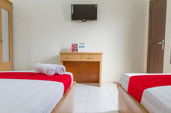 RedDoorz near Universitas Siliwangi Tasikmalaya Tasikmalaya - RedDoorz Family Room KETUPAT