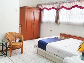 SPOT ON 1896 Hotel Mahkota Pantai Sukabumi - Spot On Triple Regular Plan
