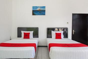 RedDoorz Plus near Songgoriti Temple Malang - RedDoorz Twin Basic Deal