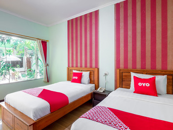 OYO 3749 Hotel Global Inn Syariah Surabaya - Standard Twin Room Regular Plan