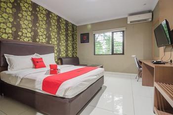 RedDoorz Plus near Lippo Cikarang Mall 2 Bekasi - RedDoorz Deluxe Room 24 hours deal