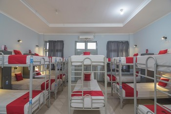 RedDoorz Hostel near Braga Citywalk