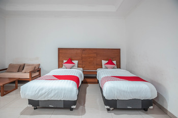 OYO 686 Bunga Karang Hotel Bekasi -  Standard Twin Room Regular Plan