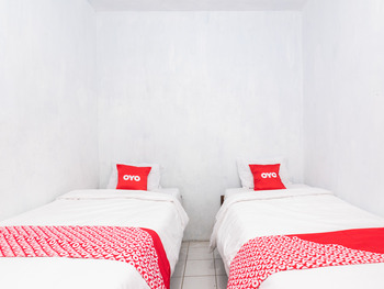 OYO 1765 Herman Homestay Pasuruan - Standard Twin Room Regular Plan