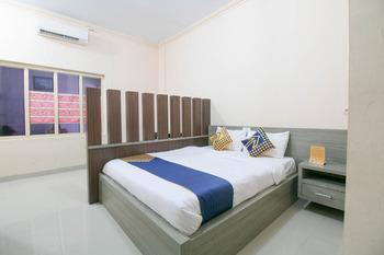 SPOT ON 1968 Grand Azizah Makassar - Deluxe Double Room Regular Plan