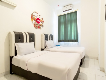 OYO Life 2843 Raz House Syariah Medan - Deluxe Twin Room Regular Plan