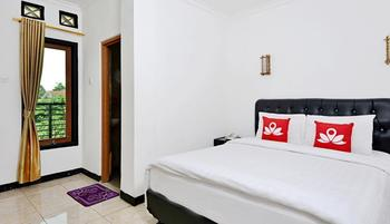 ZenRooms Cibogo Megamendung Puncak - Double Room Regular Plan
