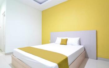 RedDoorz Plus near Museum Keraton Surakarta Solo - RedDoorz Room Regular Plan