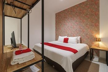 RedDoorz Plus near Exit Toll Puncak 2 Bogor - RedDoorz Premium Room Basic Deal