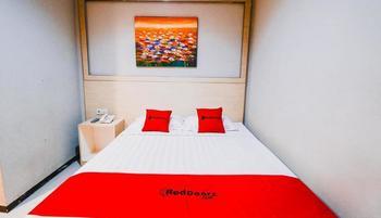 RedDoorz Plus near Sultan Hasanuddin Airport Makassar - RedDoorz Room with Breakfast Last Minute