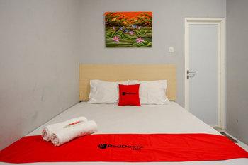 RedDoorz @ Jalan Adiyaksa Panakkukang Makassar - RedDoorz Room Basic Deals