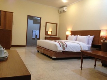 The Garden Family Guest House Bogor - Romantic Suite, 1 King Bed, Pool View Regular Plan