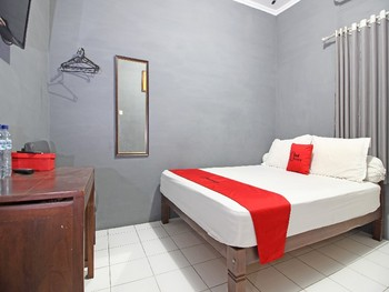 RedDoorz near Terminal Condong Catur Yogyakarta - RedDoorz Room with Breakfast 24 Hours Deal