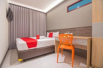 RedDoorz near Taman Rejomulyo Semarang - RedDoorz Deluxe Room Last Minute Deal