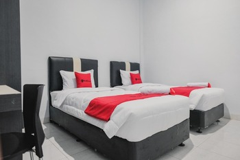RedDoorz Plus near Universitas Darma Agung Medan Medan - RedDoorz Twin Room Regular Plan
