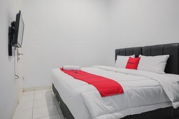 RedDoorz Plus near Universitas Darma Agung Medan Medan - RedDoorz Room Basic Deal
