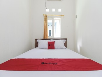 RedDoorz near Universitas Palangkaraya Palangka Raya - RedDoorz Room with Breakfast Basic Deal