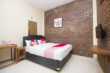 OYO 952 Annisa Syariah Guest House Yogyakarta - Deluxe Double Room Regular Plan
