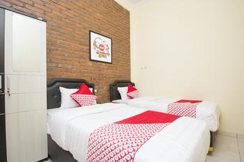 OYO 952 Annisa Syariah Guest House Yogyakarta -  Deluxe Twin Room Regular Plan