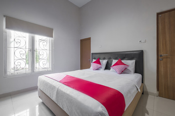 OYO 928 Hotel Astra Novilia Makassar - Deluxe Double Room Regular Plan