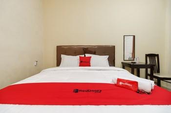 RedDoorz Syariah near RS Pirngadi Medan Medan - RedDoorz Room Regular Plan
