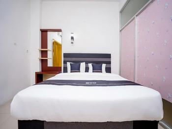 OYO 2695 D'es Guest House Samarinda - Deluxe Double Room Regular Plan