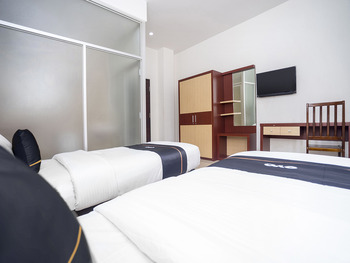 OYO 2695 D'es Guest House Samarinda - Deluxe Twin Room Regular Plan