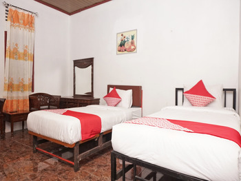 OYO 2410 Intan Hotel Karo - Deluxe Twin Room Regular Plan