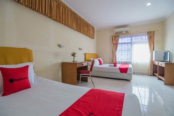 RedDoorz Syariah near Taman Bekapai 2 Balikpapan - Twin Room Regular Plan