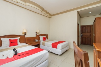 RedDoorz Plus near Taman Siring Banjarmasin - Twin Room Last Minute Deal