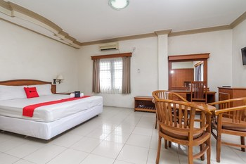 RedDoorz Plus near Taman Siring Banjarmasin - Deluxe Room Last Minute Deal